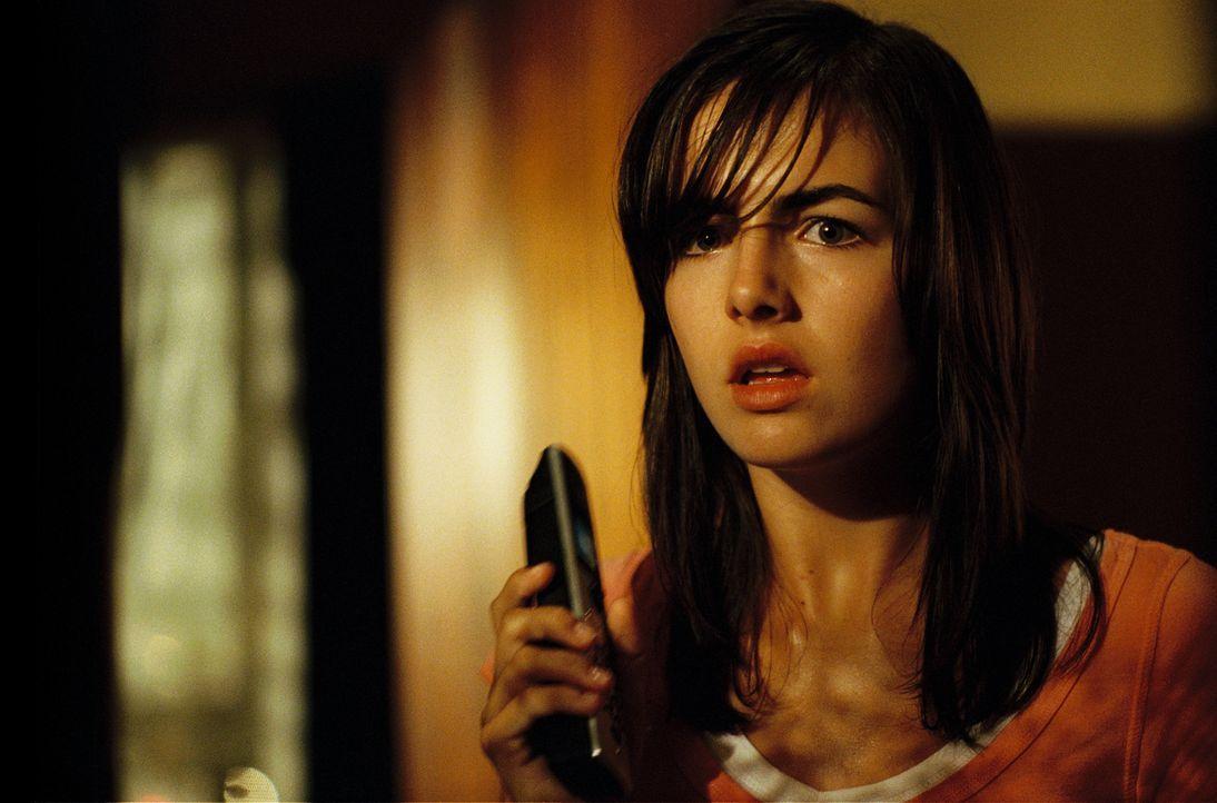 """""""Hast du nach den Kindern gesehen?"""" Der unheimliche Anrufer scheint jeden von Jills (Camilla Belle) Schritten zu verfolgen ... - Bildquelle: 2006 Screen Gems, Inc. All Rights Reserved."""
