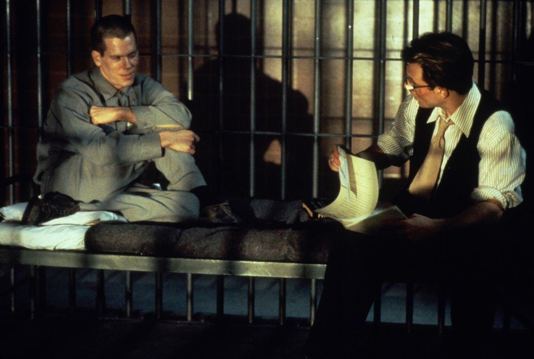 James Stamphill (Christian Slater, r.) bespricht mit Henri Young (Kevin Bacon, l.), der zum Tode verurteilt werden soll, wie er bei Gericht vorgehen... - Bildquelle: Warner Bros.