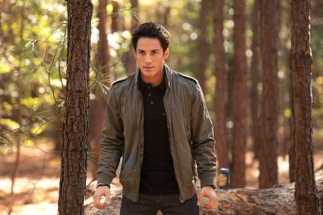 Fordert Jeremy auf, mit einer Armbrust auf ihn zu schießen: Der Hybrid Tyler (Michael Trevino) - Bildquelle: Warner Brothers