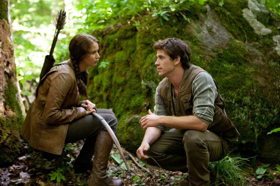 Katniss (Jennifer Lawrence, l.) und Gale (Liam Hemsworth, r.) verloren ihre Väter bei einem Bergwerksunglück. Seitdem sind sie der Ernährer ihrerFam... - Bildquelle: Studiocanal GmbH