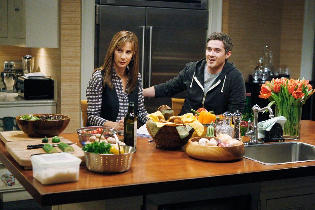 Während Sarah (Rachel Griffiths, l.) versucht, sich über Brody klar zu werden, nimmt Justin (Dave Annable, r.) einen Obdachlosen unter seine Fitti... - Bildquelle: 2011 American Broadcasting Companies, Inc. All rights reserved.