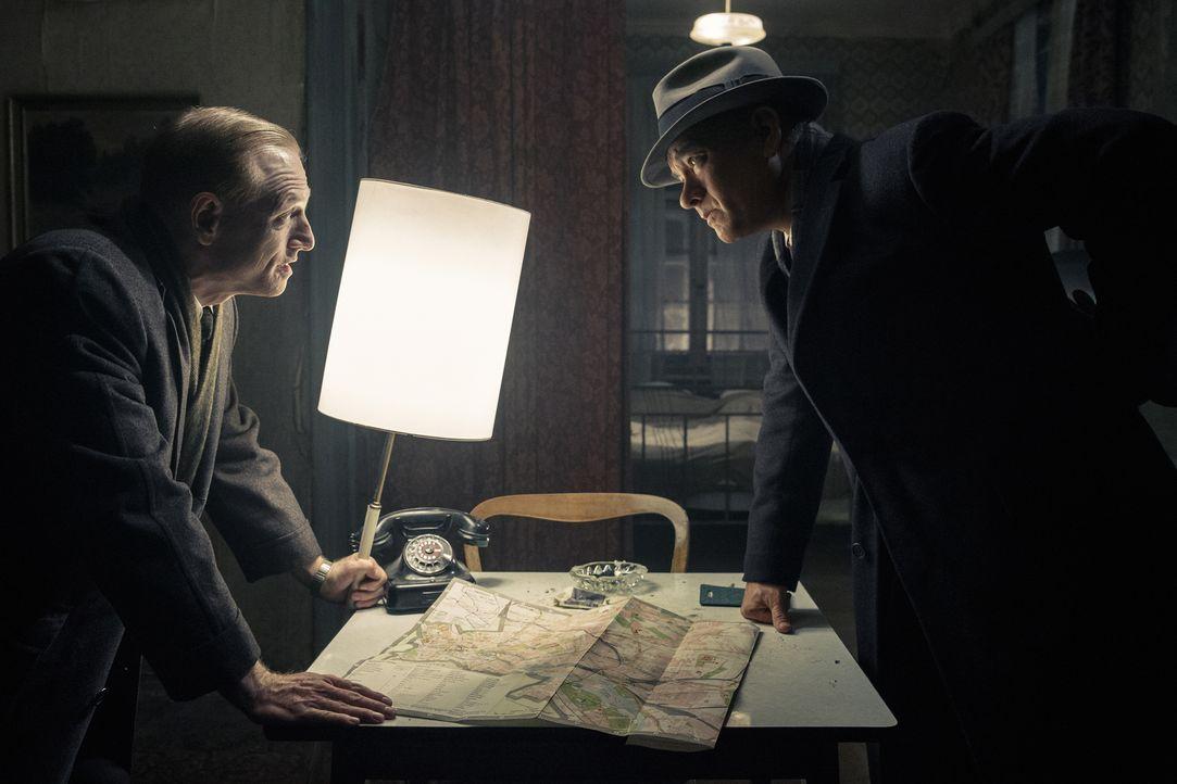 Donovans (Tom Hanks, r.) familiäre Lage spitzt sich weiter zu, als ihn der CIA-Agent Hoffman (Scott Shepherd, l.), beindruckt von Donovans unnachgie... - Bildquelle: DreamWorks II Distribution Co., LLC and Twentieth Century Fox Film Corporation. All Rights Reserved.