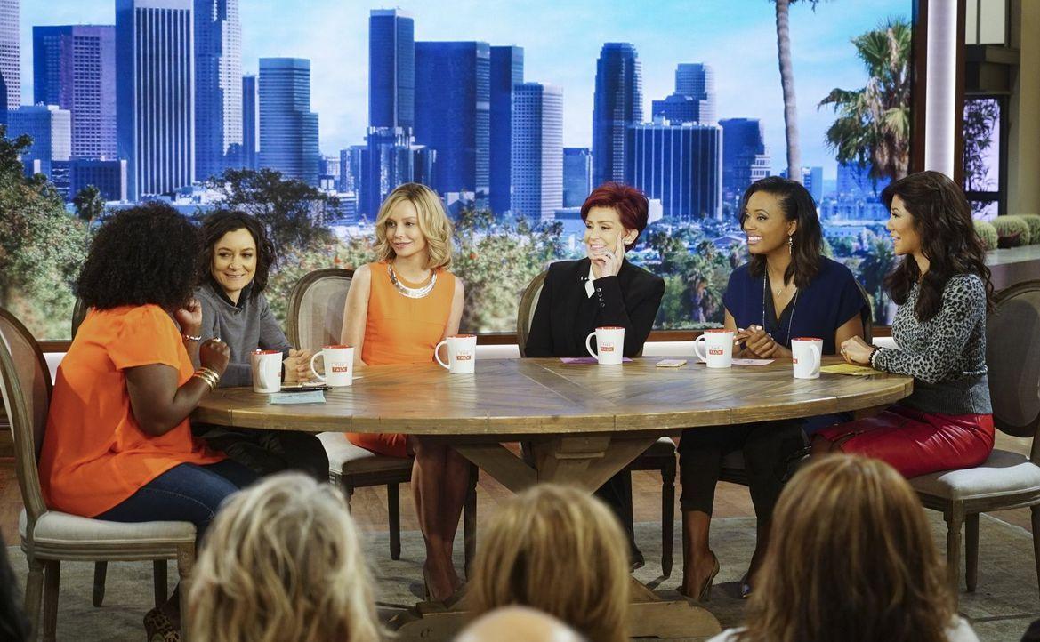Cat Grant (Calista Flockhart, 3.v.l.) wird in eine Talkshow eingeladen und schwärmt vor den anderen Gästen Sheryl (Sheryl Underwood, l.), Sara (Sara... - Bildquelle: 2015 Warner Bros. Entertainment, Inc.