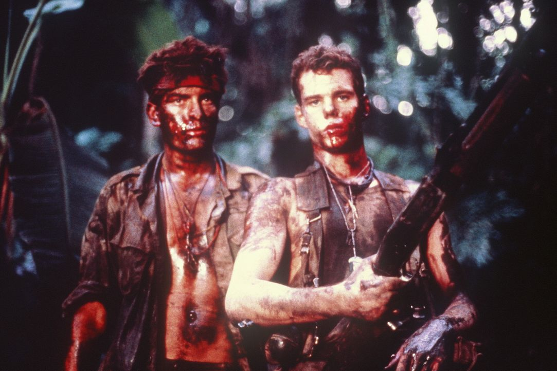 Chris (Charlie Sheen, l.) und Bunny (Kevin Dillon, r.) leiden sehr unter ihrem skrupellosen Vorgesetzen Sergeant Barnes, der sogar Zivilisten töten... - Bildquelle: Orion Pictures Corporation