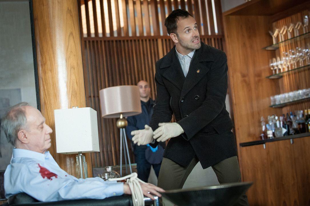 Mord oder Selbstmord? Sherlock Holmes (Jonny Lee Miller, r.) weiß es nicht, als er die Leiche des Finanzmanagers Donald Hauser (Thomas Ryan, l.) fin... - Bildquelle: CBS Television