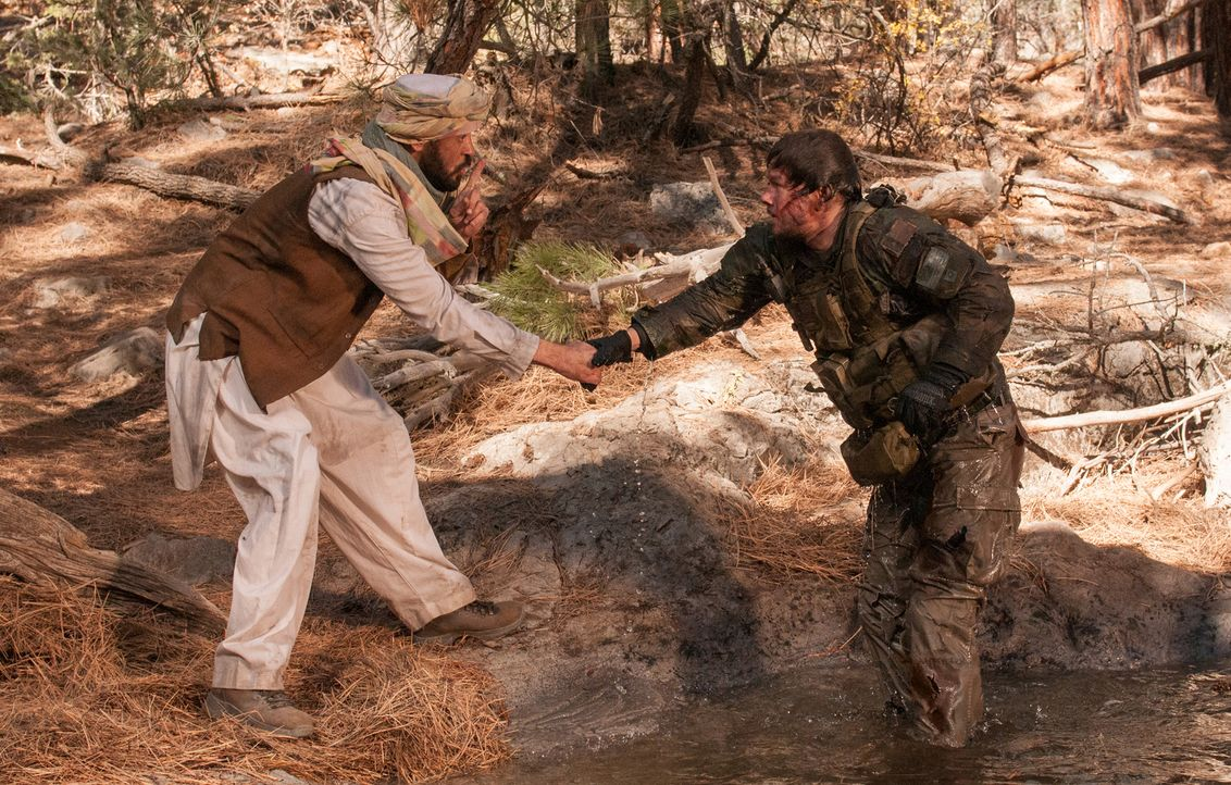 Als Luttrell (Mark Wahlberg, r.) alle Hoffnung fallen lässt, taucht ein Bewohner eines Taliban feindlichen Dorfes auf und bringt ihn in Sicherheit .... - Bildquelle: Greg Peters Universal Pictures