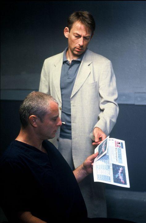Brunner (Filip Peeters, l.) bekommt von seinem Bewährungshelfer Jan Reimann (Johannes Hitzblech, r.) die Funktionsweise der elektronischen Fußfessel... - Bildquelle: Wolfgang Jahnke Sat.1