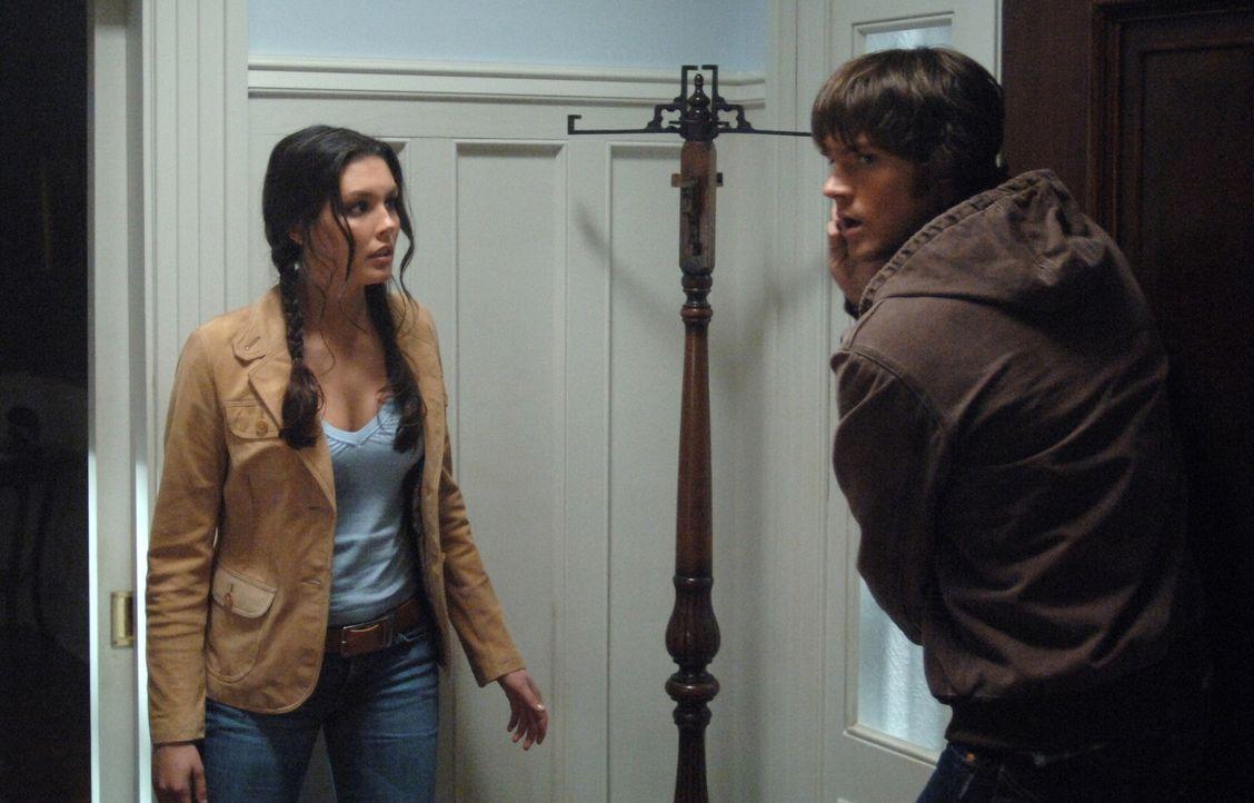 Sarah (Taylor Cole, l.) versucht Sam (Jared Padalecki, r.) und Dean bei der Aufklärung des mysteriösem Bildes zu helfen ... - Bildquelle: Warner Bros. Television