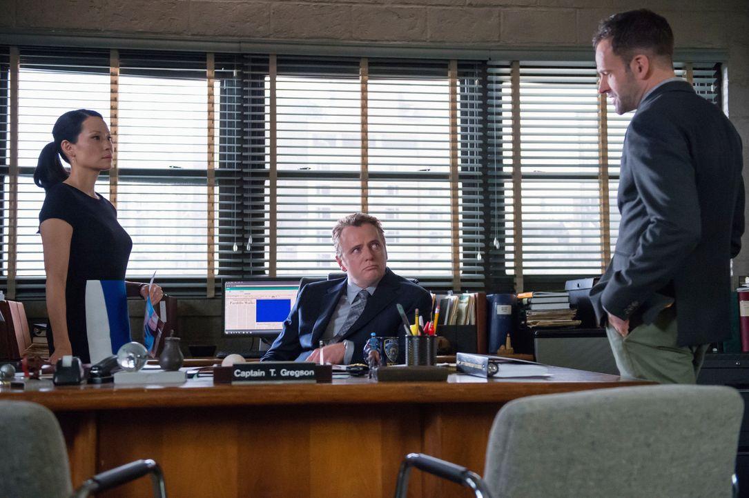 Dr. Watson (Lucy Liu, l.), Capt. Gregson (Aidan Quinn, M.) und Sherlock Holmes (Jonny Lee Miller, r.) versuchen herauszufinden, ob der Mörder des to... - Bildquelle: CBS Television
