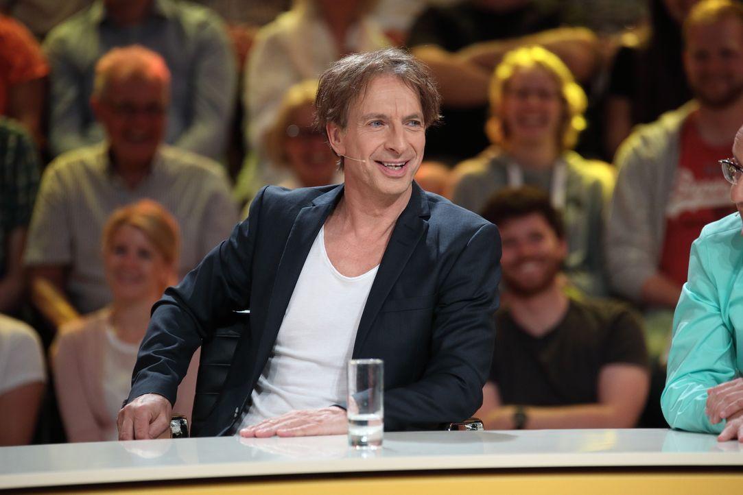 Ist seine Antwort genial daneben? Ingolf Lück ... - Bildquelle: Frank Hempel SAT.1