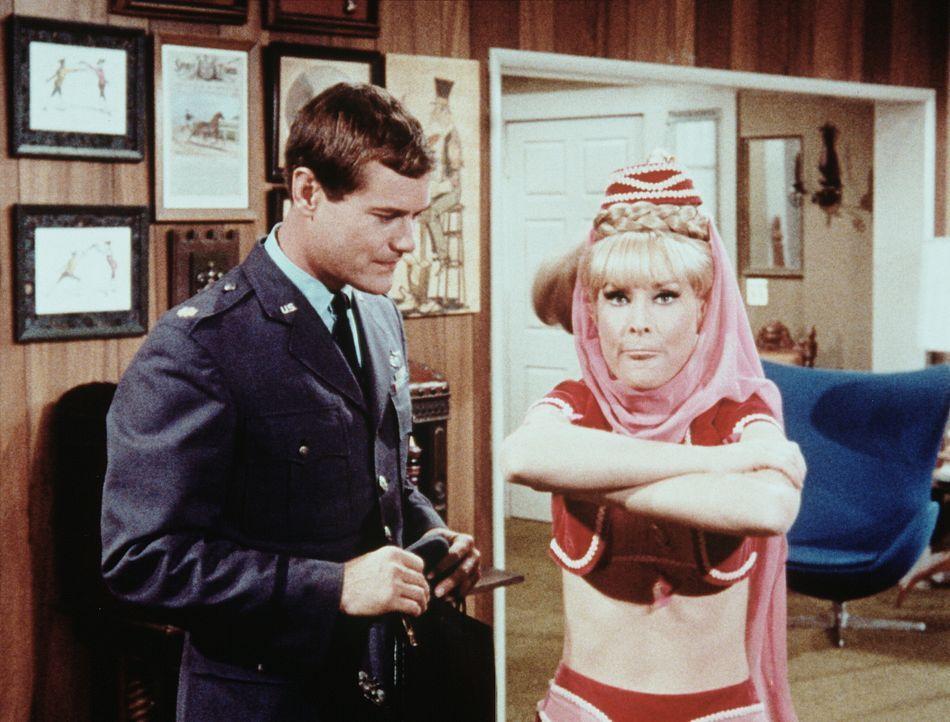 Jeannie (Barbara Eden, r.) überträgt ihre Zauberkraft für 24 Stunden auf Tony (Larry Hagman, l.), vergisst aber, ihn darüber zu informieren. - Bildquelle: Columbia Pictures