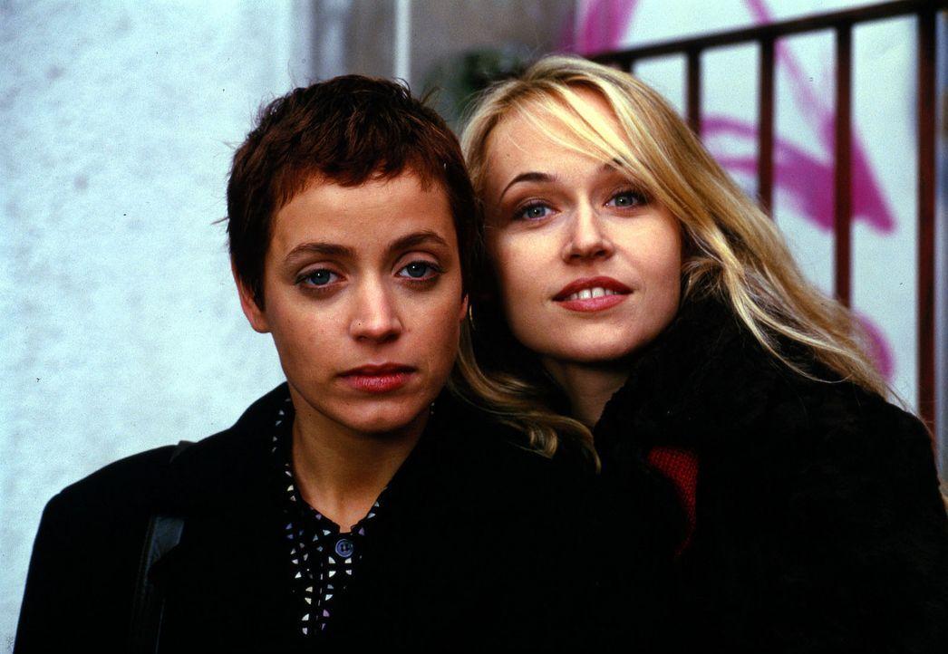 Verena (Anna Thalbach, l.) will unbedingt ein Kind von ihrem Freund Martin. Ihre beste Freundin Rosa (Anica Dobra, r.) ist von dieser Idee nicht so... - Bildquelle: Weinmann Sat.1