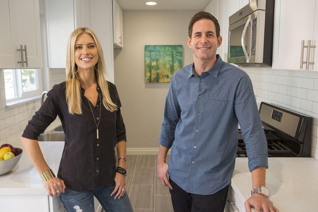 Christina (l.) und Tarek (r.) haben die Möglichkeit ein Haus zu kaufen, bevor es überhaupt auf dem Markt ist, doch treffen sie wirklich eine gute En... - Bildquelle: Gilles Mingasson 2014,HGTV/Scripps Networks, LLC. All Rights Reserved