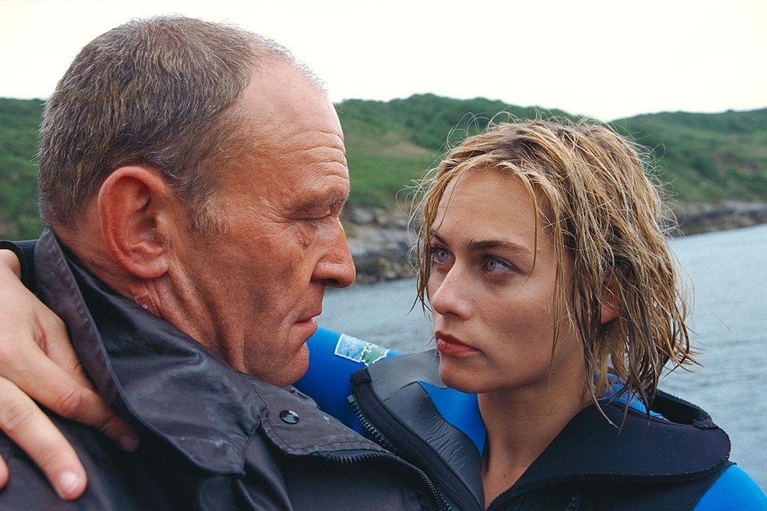Als Claire (Gesine Cukrowski, r.) den verständnisvollen Fährmann Björn (Michael Mendl, l.) kennen lernt, lässt sie ihre angeborene Vorsicht auß... - Bildquelle: ProSieben / Wilkins und Klick
