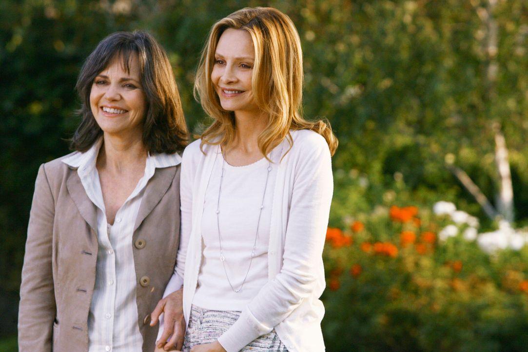 Nora (Sally Field, l.) beschäftigt ihre Tochter Kitty (Calista Flockhart, r.) mit angeblichen Besorgungen - um sie zu den Laffertys zu bringen ... - Bildquelle: 2008 ABC INC.