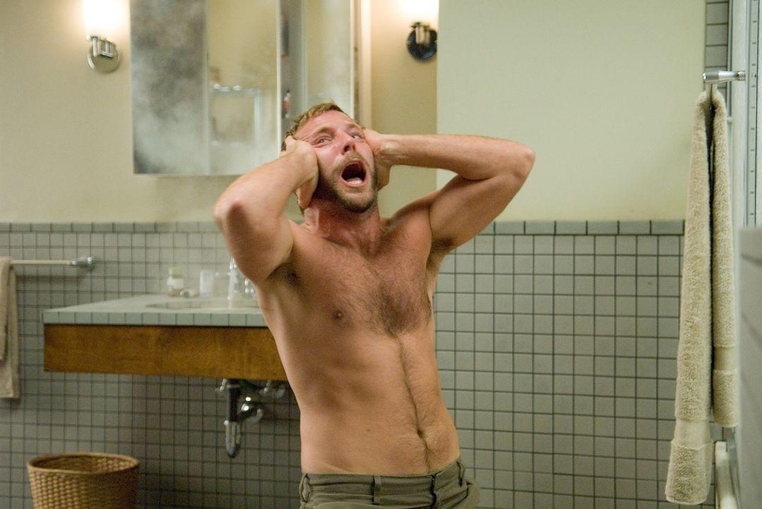 Wird auf brutale Art und Weise mit seiner schlimmsten Angst konfrontiert: Doug (Bradley Cooper) ... - Bildquelle: Kimberley French 2010 PARAMOUNT PICTURES.  All Rights Reserved.