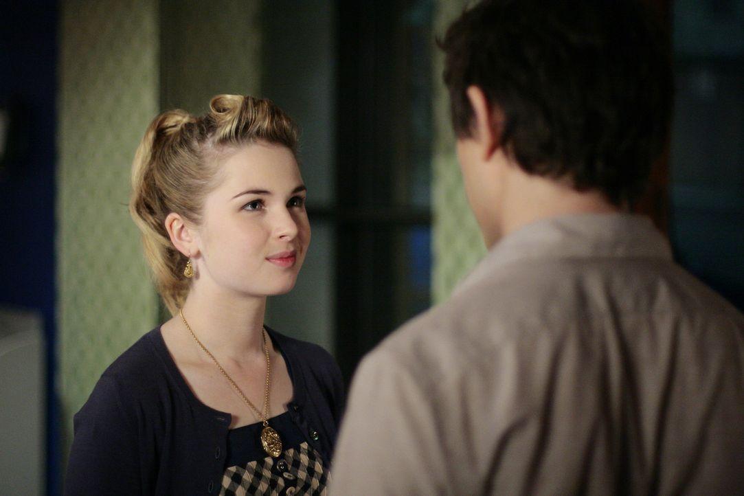 Das erste Date steht kurz bevor: Amanda (Kirsten Prout, l.) und Kyle (Matt Dallas, r.) gehen gemeinsam auf den Schulball ... - Bildquelle: TOUCHSTONE TELEVISION