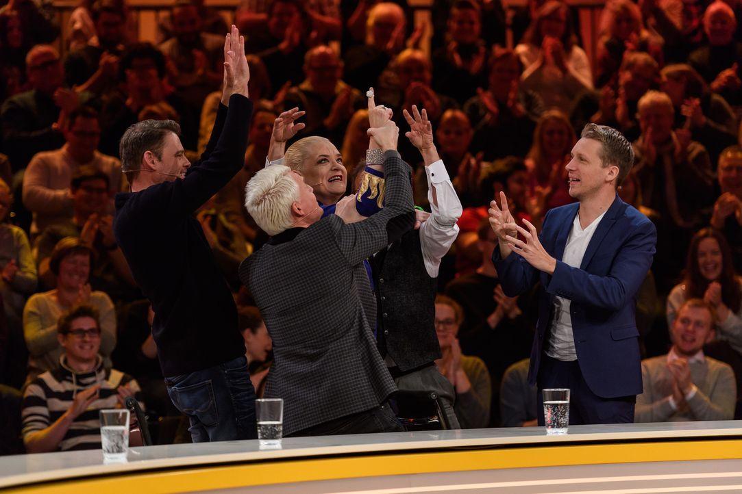 Schwere Frage, geniale Antwort: (v.l.n.r) Max Giermann, Guido Cantz, Hella von Sinnen, Wigald Boning und Oliver Pocher feiern ihren Triumpf. - Bildquelle: Willi Weber SAT.1