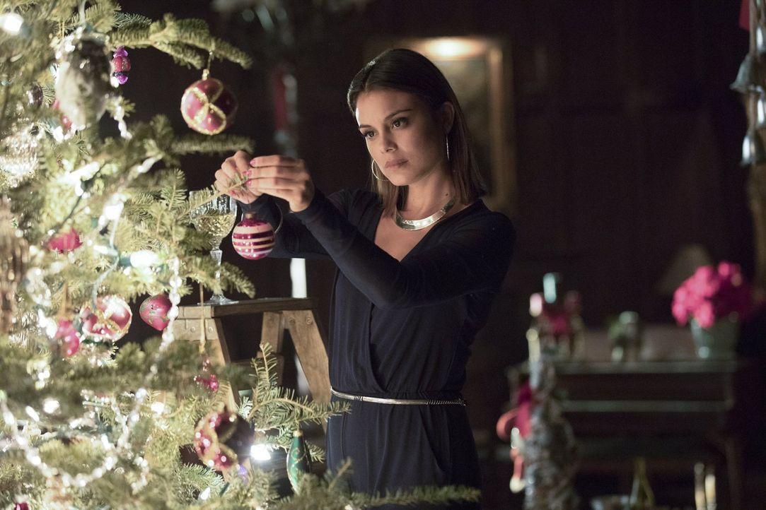 Sybil (Nathalie Kelley) genießt ihr erstes Weihnachtsfest und versucht sich in Smalltalk - nicht ahnend, dass der Abend anders enden wird, als gedac... - Bildquelle: Warner Bros. Entertainment, Inc.