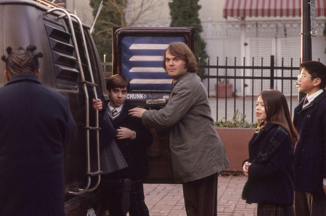 Zunächst beschränkt sich sein Engagement als Lehrer darauf, zu warten bis der Schultag zu Ende ist. Erst als er merkt, dass seine Schüler (v.l.n.r.)... - Bildquelle: Paramount Pictures