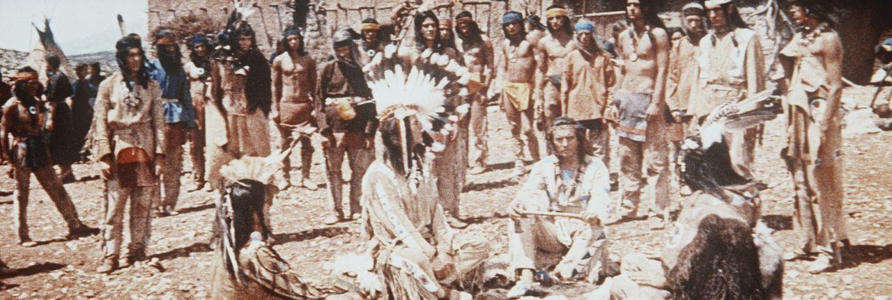 Um Indianer und Weiße wieder zu versöhnen besucht Winnetou (Pierre Brice, M.) den Häuptling der Jicarillos ... - Bildquelle: Columbia Pictures