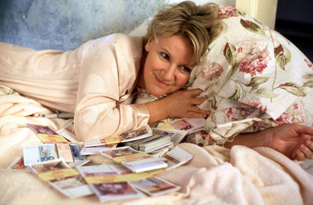 Helen (Mariele Millowitsch) kann es nicht fassen: In der Wohnung ihres abtrünnigen Mannes hat sie einen Koffer voller Geld gefunden! - Bildquelle: Thorsten Jander Sat.1
