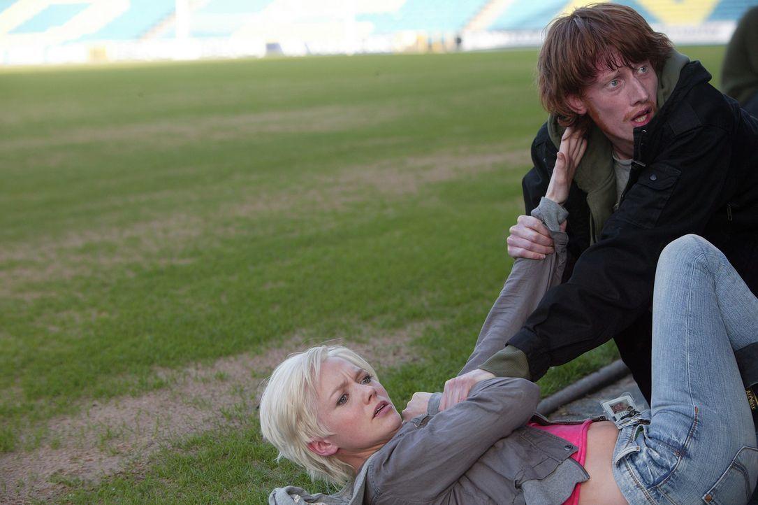Die Angst steht ihnen ins Gesicht geschrieben: Tom (Jake Curran, r.) und Abby (Hannah Spearritt, l.) ... - Bildquelle: ITV Plc
