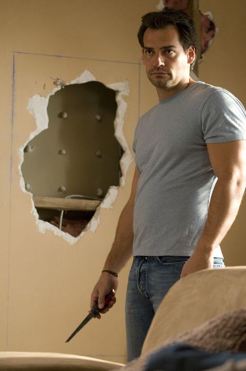 Gegen Marys Willen will Raphael (Christian de la Fuente) die Wand reparieren, die das FBI eigentlich in Ordnung bringen sollte ... - Bildquelle: USA Network