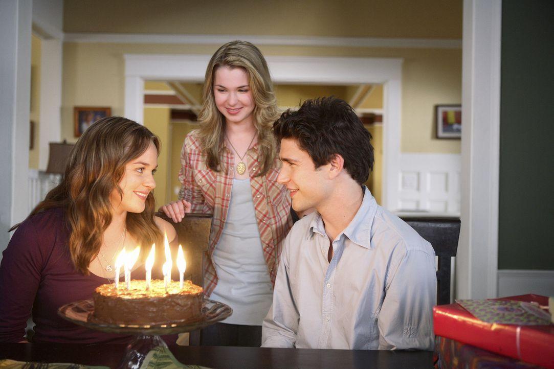 Kurzerhand erklärt sich Lori (April Matson, l.) bereit, mit Kyle (Matt Dallas, r.) ihren Geburtstag zu teilen. Nicht nur Amanda (April Matson, M.)... - Bildquelle: TOUCHSTONE TELEVISION