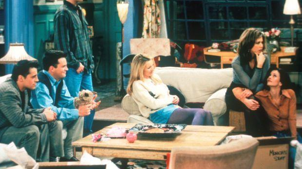 Monica (Courteney Cox, r.) und Ross (David Schwimmer, 3.v.l.) sehen sich zusa...