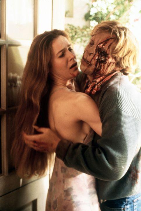 Immer wieder müssen sich Mary (Alice Krige, l.) und ihr Sohn Charles (Brian Krause, r.) in Monster verwandeln, die nach dem Blut junger Mädchen gi... - Bildquelle: Columbia Pictures