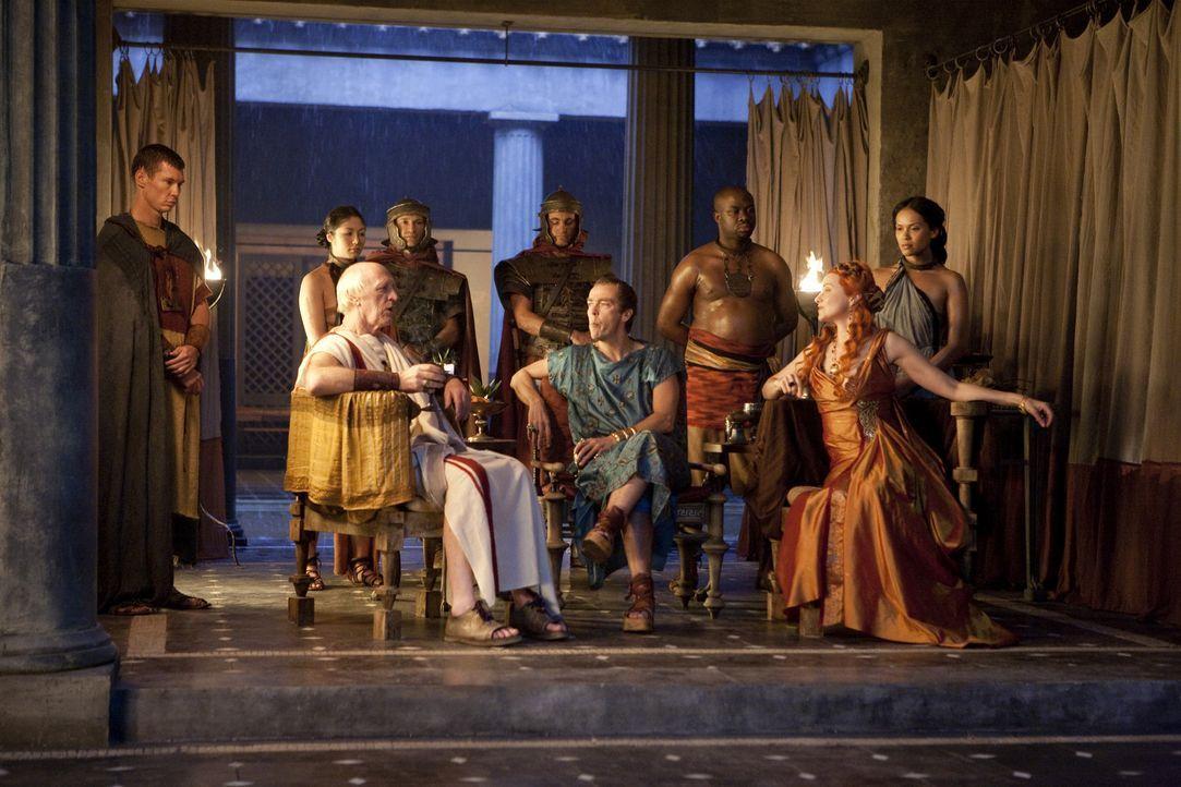 Magistrat Clavius (John Bach, vorne l.) hat eine gute Nachricht erhalten - der Sohn von Ovidius ist noch am Leben. Batiatus (John Hannah, vorne M.)... - Bildquelle: 2010 Starz Entertainment, LLC