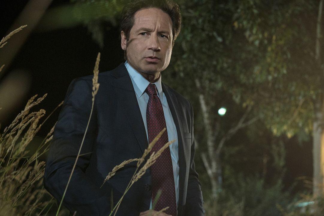 Eigentlich sollte sich Mulder (David Duchovny) voll und ganz auf seinen neuen Fall konzentrieren, aber seine Gedanken werden immer wieder abgelenkt... - Bildquelle: 2016 Fox and its related entities.  All rights reserved.