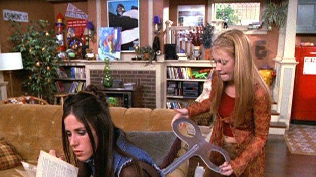 Sabrina (Melissa Joan Hart, r.) wendet bei Roxie (Soleil Moon Frye, l.) einen...