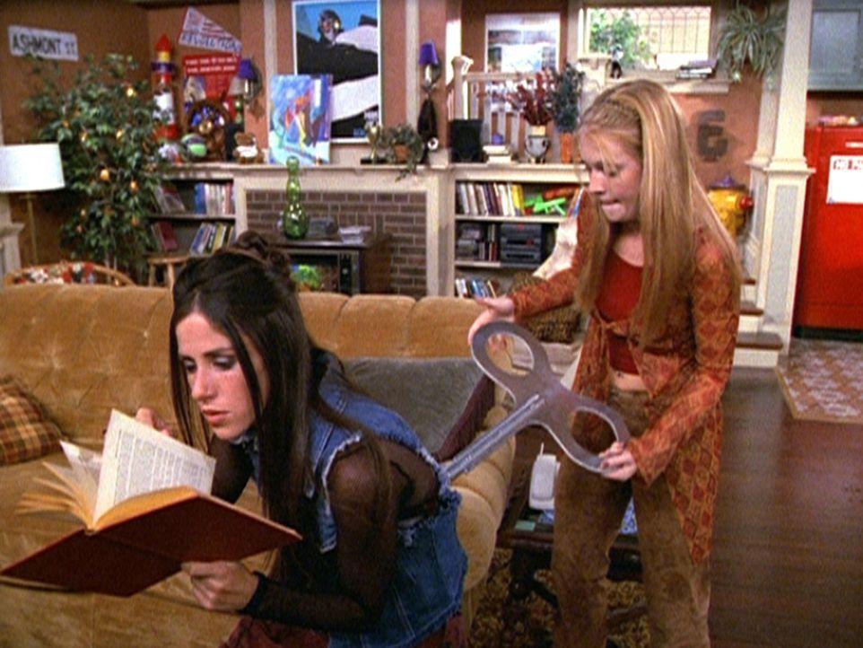 Sabrina (Melissa Joan Hart, r.) wendet bei Roxie (Soleil Moon Frye, l.) einen Zeitzauber an. - Bildquelle: Paramount Pictures