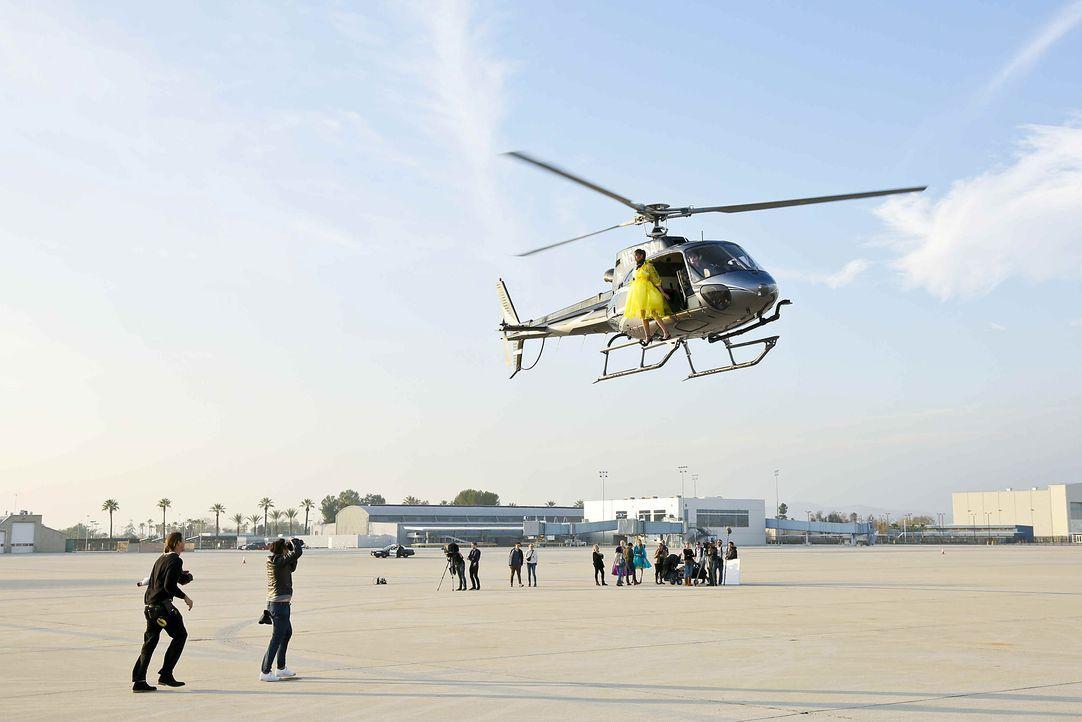 GNTM-Stf10-Epi06-Helikopter-Shooting-62-Anuthida-ProSieben-Richard-Huebner - Bildquelle: ProSieben/Richard Huebner