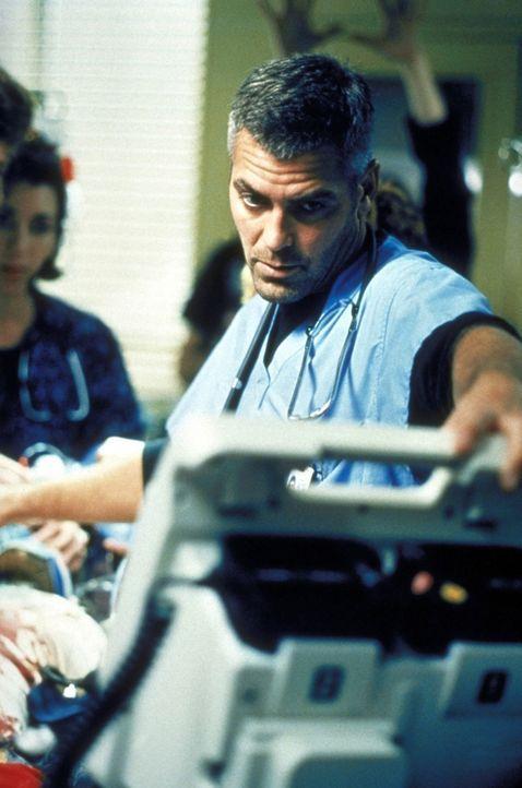 Dr. Ross (George Clooney) setzt mit großer Vorsicht die Reanimation des 18-jährigen Steven fort. - Bildquelle: TM+  2000 WARNER BROS.