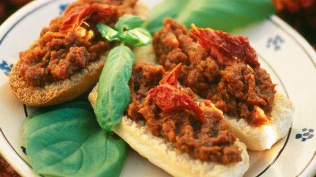 Leckeres Baguette-Brötchen mit Tomatenpesto