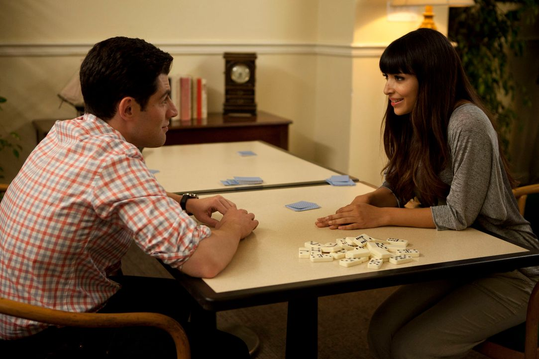 Cece (Hannah Simone, r.) steht Schmidt (Max Greenfield, l.) bei, der ein medizinisches Problem hat ... - Bildquelle: 20th Century Fox