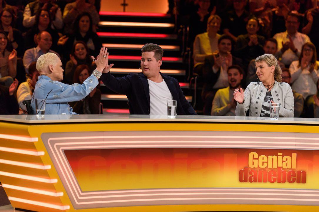 High-Five auf die geniale Antwort: Hella von Sinnen (l.), Chris Tall (M.) und Mirja Boes (r.) lösen das Rätsel der Zuschauer. - Bildquelle: Willi Weber SAT.1