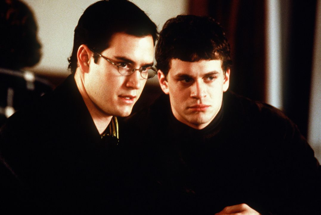 Wer könnte hier selbstmordgefährdet sein? Cooper (Mark-Paul Gosselaar, l.) und Josh (Tom Everett Scott, r.) suchen einen Mitbewohner ... - Bildquelle: Paramount Pictures