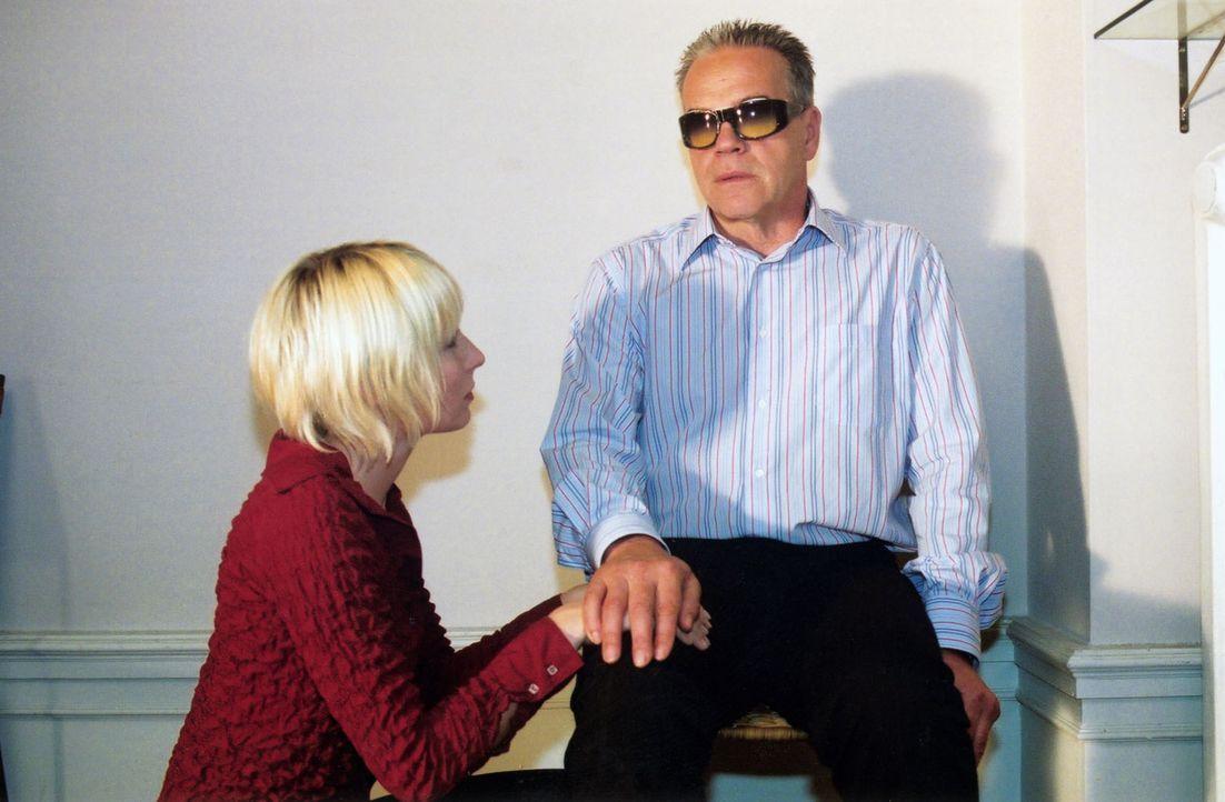 Verena (Nadine Seiffert, l.) sorgt sich um ihren Vater (Jürgen Heinrich, r.). - Bildquelle: Claudius Pflug Sat.1