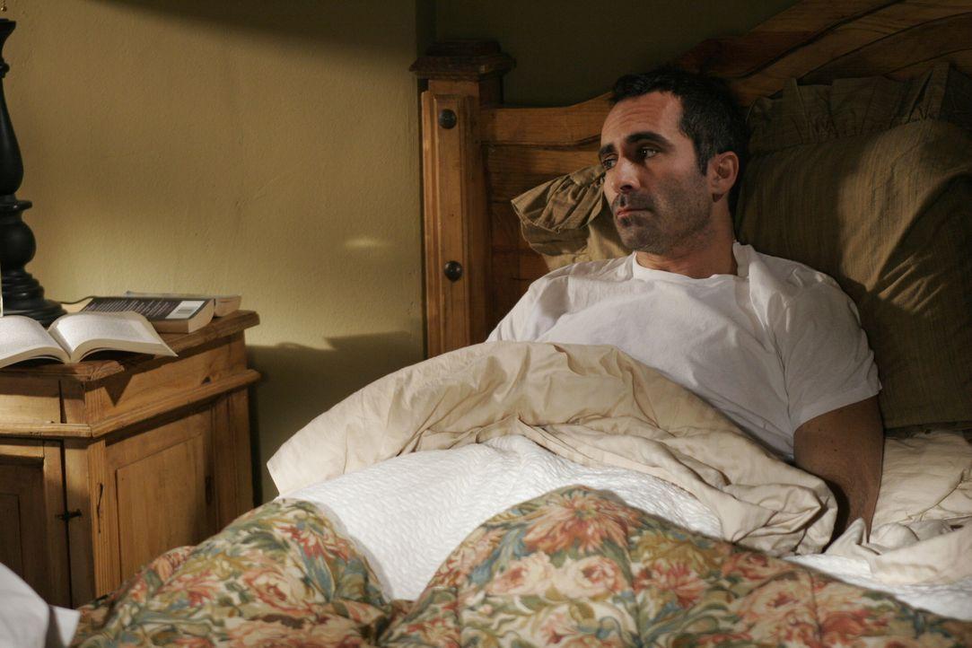 Bekommt Besuch von seinem jüngerem Bruder Scott: Mike (Nestor Carbonell) ... - Bildquelle: Warner Bros. Television