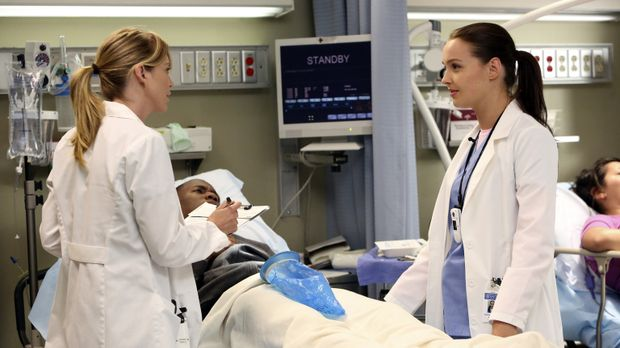 Meredith (Ellen Pompeo, l.) ist mittlerweile Stationsärztin geworden und führ...