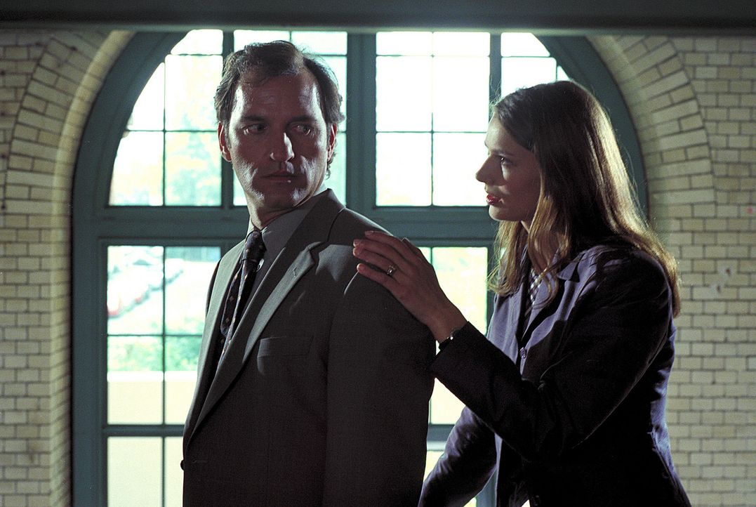 Isabel (Stefanie Schmid, r.) ist fest davon überzeugt, dass sie und ihr Chef Mark (Mark Kuhn, l.) füreinander geschaffen sind. Doch er hat nach eine... - Bildquelle: Noreen Flynn