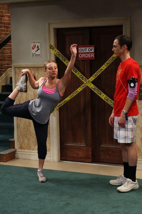 Eigentlich wollte Sheldon (Jim Parsons, r.) nur Joggen gehen. Penny (Kaley Cuoco, l.) erklärt ihm jedoch, wie wichtig die Dehnungsübungen vor dem... - Bildquelle: Warner Bros. Television