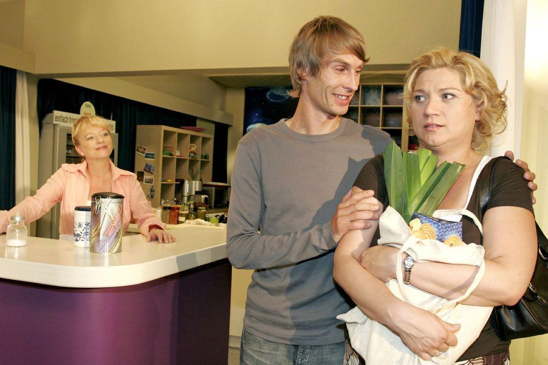 Helga (Ulrike Mai, l.) kann Agnes (Susanne Szell, r.) überreden, sich von Boris (Matthias Rott, M.) zum Kaffee einladen zu lassen. - Bildquelle: Noreen Flynn Sat.1