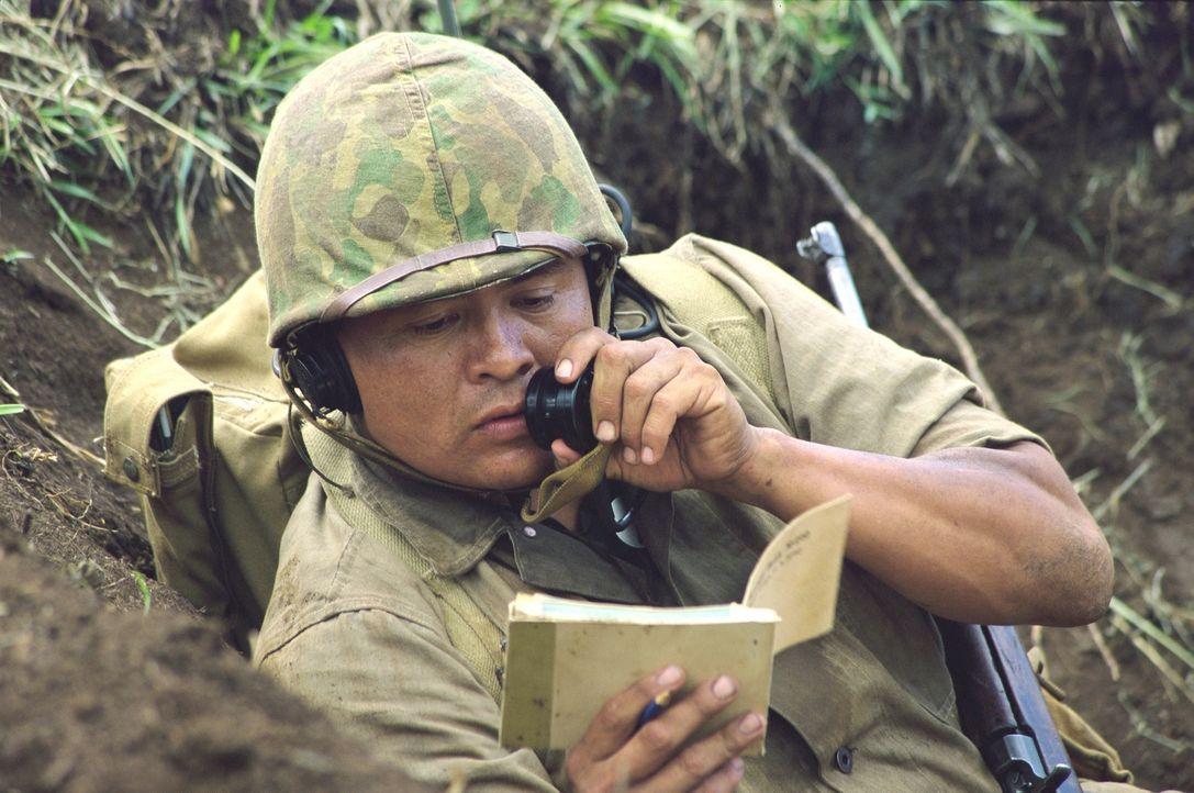 Code-Funker Charlie Whitehorse (Roger Willie) gibt hochbrisante Nachrichten weiter: Die Japaner haben keine Chance, seinen Navajo-Dialekt zu entschl... - Bildquelle: 2002 METRO-GOLDWYN-MAYER PICTURES INC.. All Rights Reserved