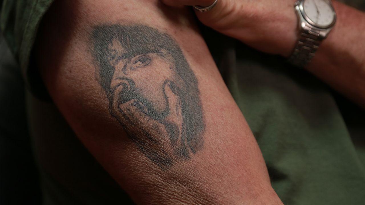 Ein Portrait eines popelnden Mannes macht nicht unbedingt das beste Tattoomotiv: Polizist Tim findet es zwar toll, seine Verlobte ist aber kein Fan... - Bildquelle: 2013 A+E Networks, LLC