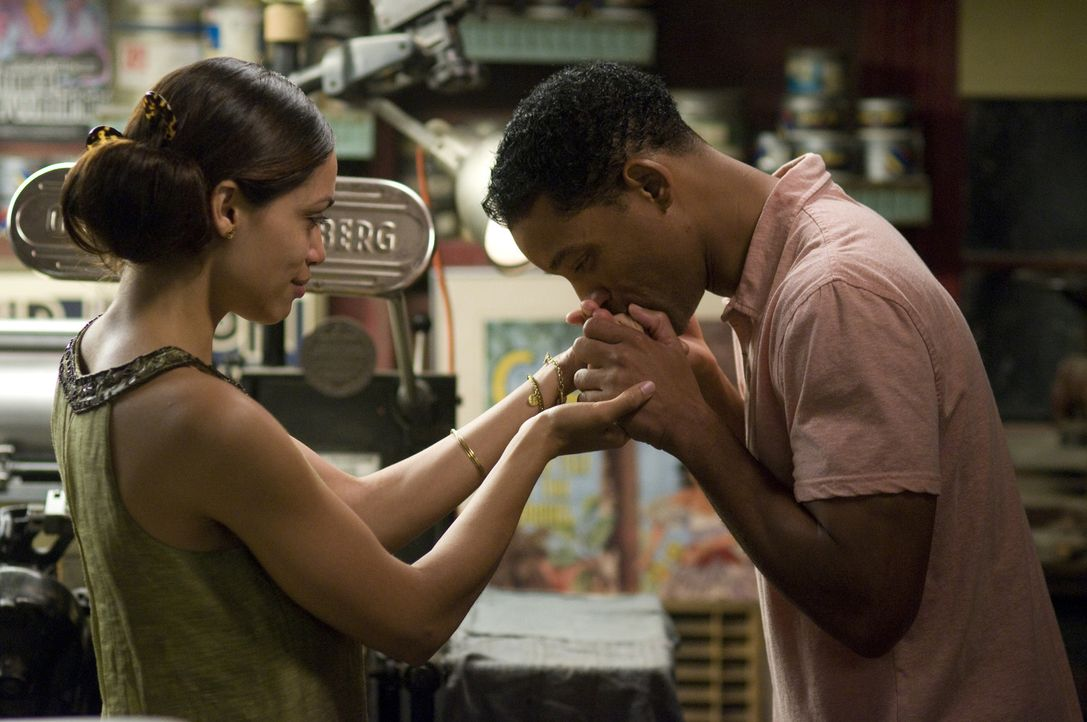 Die schwer herzkranke Grafikerin Emily Posa (Rosario Dawson, l.) schafft das, was Ben Thomas (Will Smith, r.) nicht mehr für möglich gehalten hät... - Bildquelle: 2008 Columbia Pictures Industries, Inc. and Beverly Blvd LLC. All Rights Reserved.